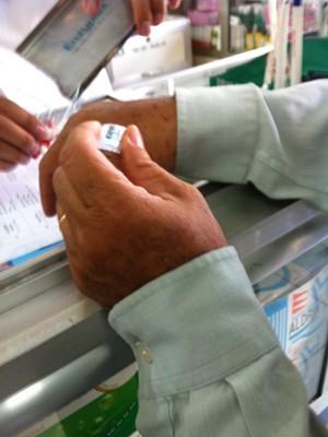 Một người nhà bệnh nhân ung thư mua thuốc morphine tại nhà thuốc M.Th ở quận Bình Thạnh. Ảnh: L.N