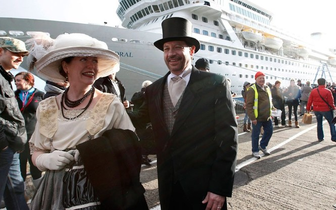 Hành khách trên con tàu MS Balmoral rời cảng Southampton (Anh) để bắt đầu hành trình 12 ngày đêm.