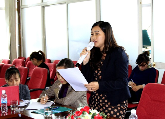 Nhà báo Đinh Thị Nguyệt Minh, phóng viên báo Thanh Niên nêu quan điểm về dự thảo sửa đổi hiến pháp. Ảnh: Xuân Tùng