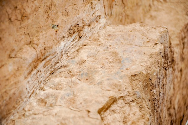 Vết chân người đầm đất được phát lộ tại lớp thành thời Lý của thành Đại La