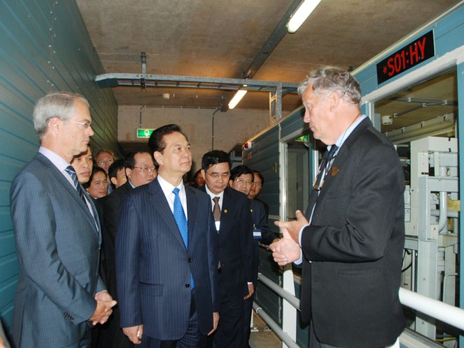 Thủ tướng Nguyễn Tấn Dũng thăm công trình đê chắn sóng Hà Lan - ảnh 6