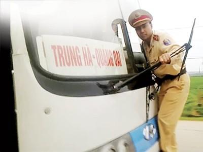 Trung úy Nguyễn Mạnh Phan phải đu vào cần gạt nước khi chiếc xe khách bỏ chạy