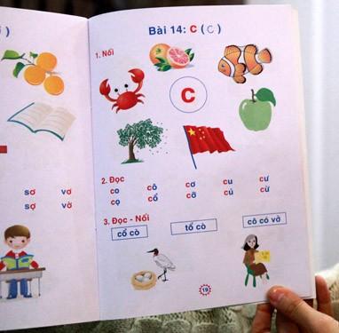 Trang sách dạy các em học chữ C (trong cuốn Bé làm quen với chữ cái) có in lá cờ của Trung Quốc