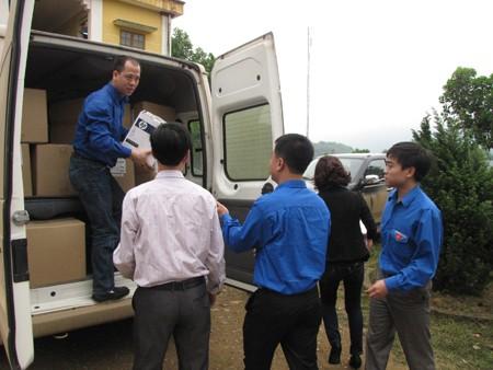 Đoàn viên thanh niên của công ty phát hành báo chí trung ương chuyển quà của công ty vào UBND xã Bình Thuận