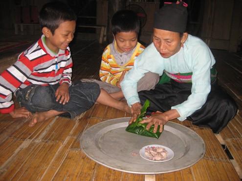 Bà Mu gói cơm chuẩn bị cho các cháu mang theo đi học. Ảnh: Hoàng Phương