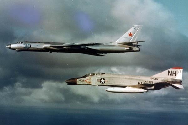 Máy bay tiêm kích phòng thủ hạm đội F-4B Phantom II thuộc Phi đoàn tiêm kích VF-114 đang áp tải máy bay chỉ thị mục tiêu đường biển Tu-16 của Hải quân Liên xô ra khỏi khu vực triển khai CVBG (ảnh sưu tầm)