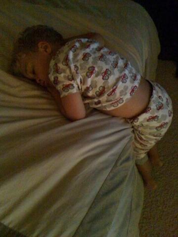 Những kiểu ngủ gật đáng yêu của bé - ảnh 12