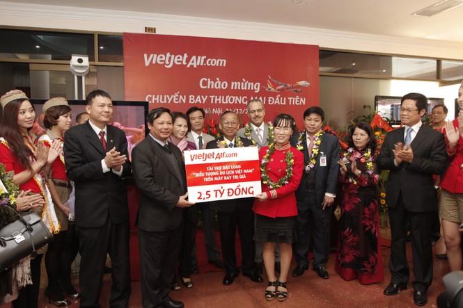 Ông Nguyễn Văn Tuấn, Tổng cục trưởng VNAT đón nhận bản cam kết tài trợ đặt logo biểu tượng du lịch Việt Nam từ VietJetAir