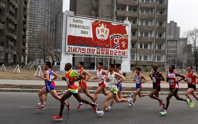 Tập chạy marathon , một trong những hoạt động thường được tổ chức ở Triều Tiên.