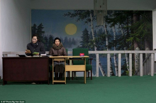 2 phụ nữ tại cửa hàng sách thủ đô Bình Nhưỡng
