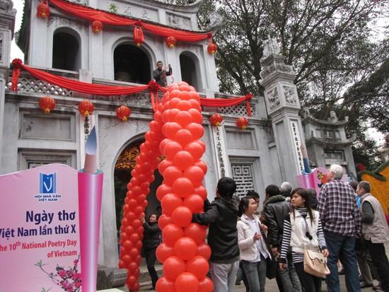Cổng Văn Miếu Quốc Tử Giám được trang hoàng chuẩn bị cho Lễ khai mạc Ngày thơ Việt Nam sáng mai, 5 - 2