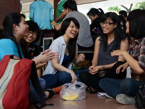 """Bớt """"số hóa"""" cho đời đẹp hơn. Trong ảnh: một nhóm nữ sinh viên Trường đại học KHXH&NV TP.HCM trò chuyện vui vẻ cùng nhau vào giờ nghỉ trưa (ảnh chụp trưa 19-3)"""