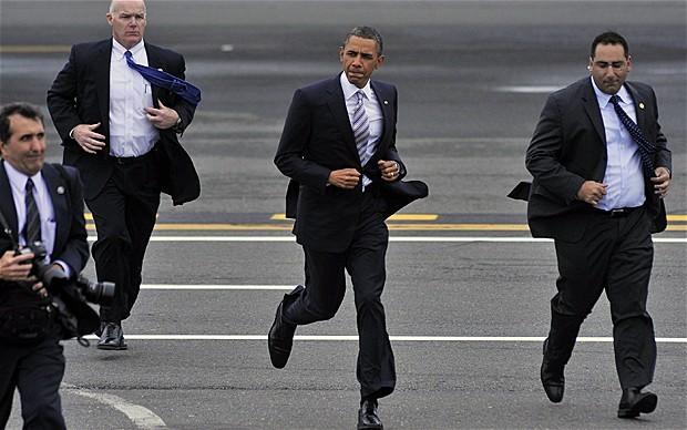 Tổng thống Obama cùng các mật vụ.
