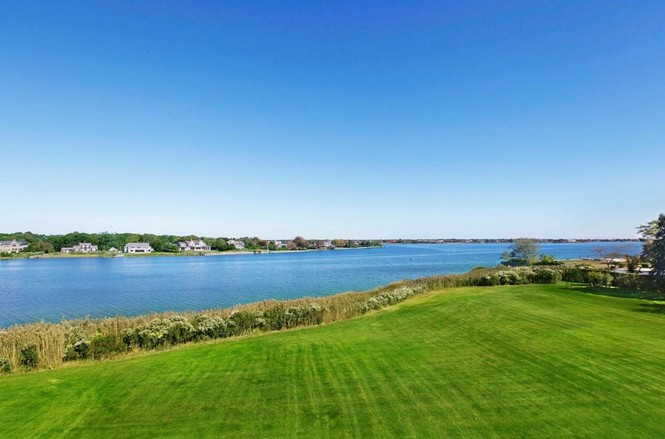 Màu xanh non của cỏ, xanh biếc của nước trong vịnh Quantuck và bầu tròi, xanh thẫm của cây cối