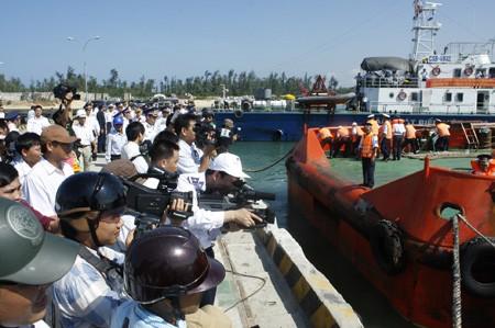 Tàu CSB 9002 lai dắt tàu cá QNg 90046 về cảng Kỳ Hà an toàn