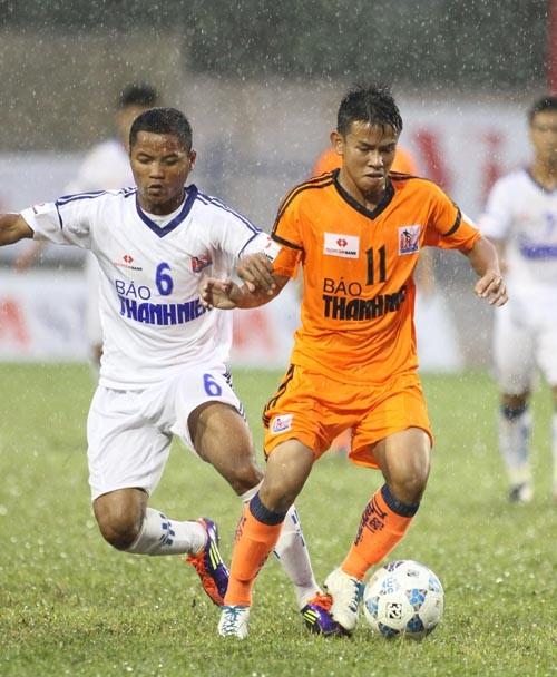 Năm ngoái Ninh Thuận (trái) đã mượn nguyên một đội U21 để thi đấu ở VCK U21 QG. Ảnh: Quang Nhựt