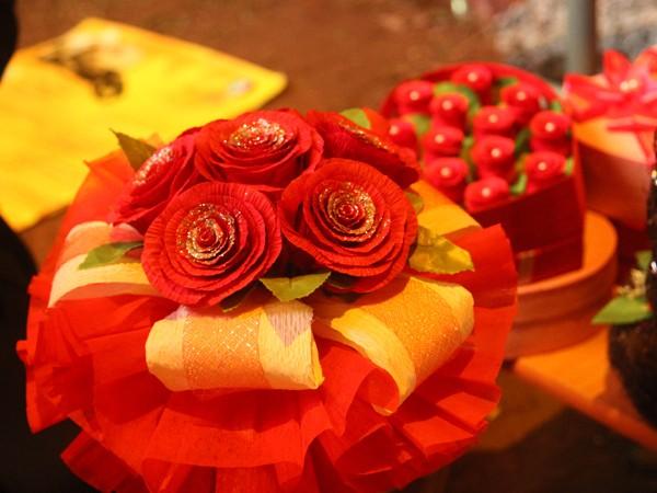 Những bông hoa giấy được làm từ đôi tay khéo léo của các ét-vê