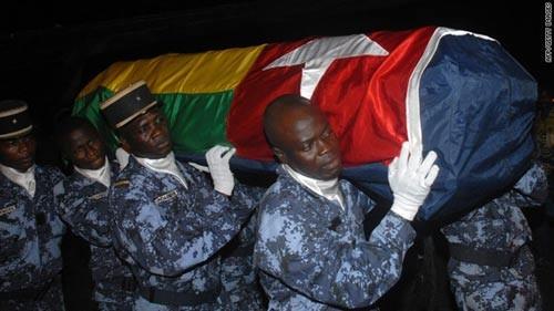 Đưa quan tài của một thành viên đội Togo về nước. Ảnh: Getty Images