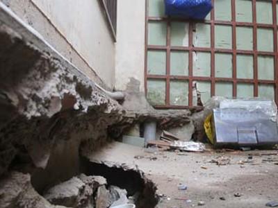 Mặc dù nền nhà 101 đường số 22, khu dân cư Bình Hưng, huyện Bình Chánh (TP.HCM) đã được gia cố sau vụ sụp đất nhưng phía sau nhà vẫn còn nhiều hố sâu rỗng bên dưới