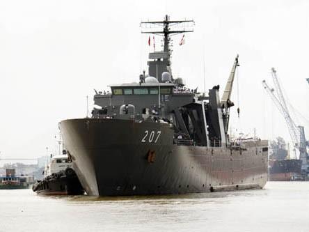 Tàu RSS Endurance 207 đang tiến vào cảng TP Hồ Chí Minh