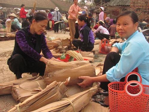 Bán mo tre để làm nón không phải công việc chính nhưng nó lại mang thu nhập chính cho chị Đường (xã Phương Trung, huyện Thanh Oai, Hà Nội). Mỗi phiên chợ chị bán được 1000 đến 2000 cái mo tre.(giá: 20 nghìn được 100 cái mo tre, nó làm được 15 cái nón).