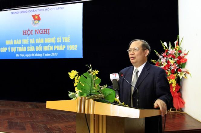 Tiến sĩ Đinh Xuân Thảo, Viện trưởng Viện Nghiên cứu lập pháp của Quốc hội giới thiệu một số nội dung sửa đổi quan trọng của Dự thảo Hiến pháp. Ảnh: Xuân Tùng