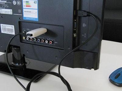 USB Android sẽ giúp chiếc tivi không hỗ trợ Internet cũng có thể lướt web qua Wi-Fi.