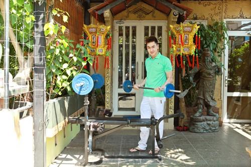 Không máy chạy bộ, máy kéo tạ hiện đại, anh vẫn trung thành với những dụng cụ thể thao mà anh khoe nó đã có từ lúc anh học cấp 2