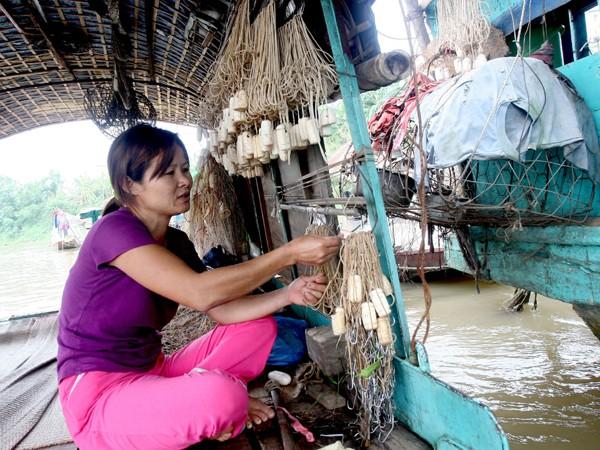 Chị Nguyễn Thị Hương (vợ anh Dũng) mưu sinh bằng nghề chài lưới