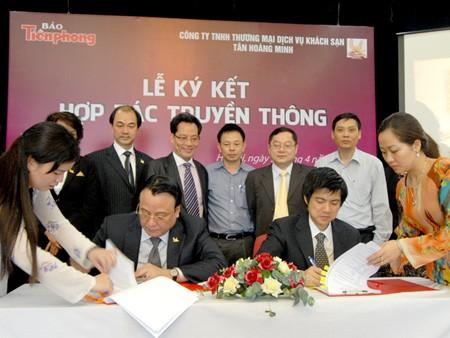Đại diện báo Tiền Phong và Tập đoàn Tân Hoàng Minh tại lễ ký kết