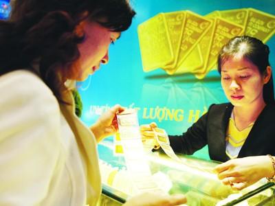 Năm 2011, dự báo vàng vẫn thu hút sự quan tâm của các nhà đầu tư  Ảnh: Hồng Vĩnh