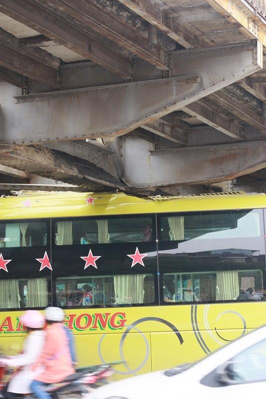 Xe khách kẹt gầm cầu Long Biên - ảnh 3