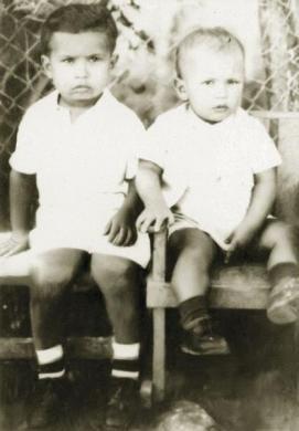 Tổng thống Hugo Chavez (phải) chụp ảnh cùng cùng anh trai Adan khi còn nhỏ