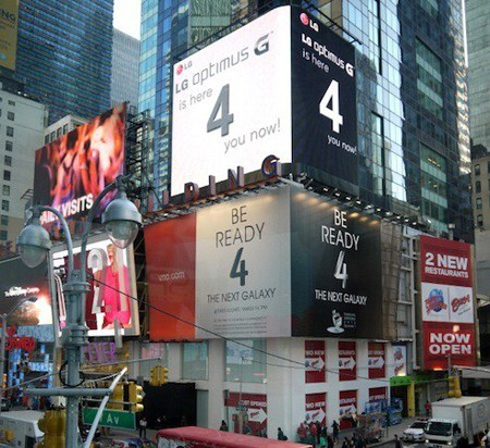 Tại quảng trường thời đại ở New York, LG vừa đặt thêm một tấm bảng quảng cáo to hơn, nằm ngay trên của Samsung