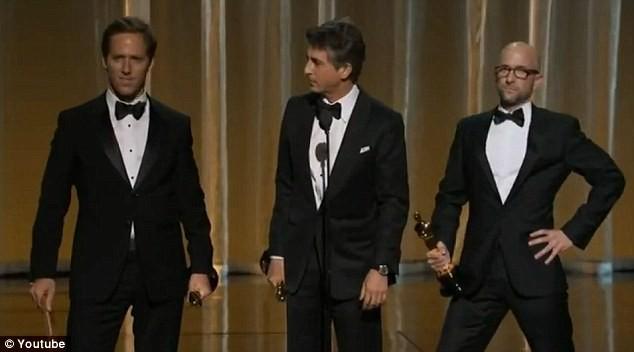 Tác giả kịch bản Jim Rash (ngoài cùng bên phải) nhại lại dáng đứng của Jolie sau khi nhận giải từ cô