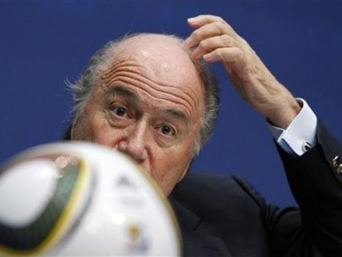 Chủ tịch FIFA S. Blatter nhận nhiều chỉ trích sau những vụ việc ầm ĩ cuối năm qua. Ảnh: AP