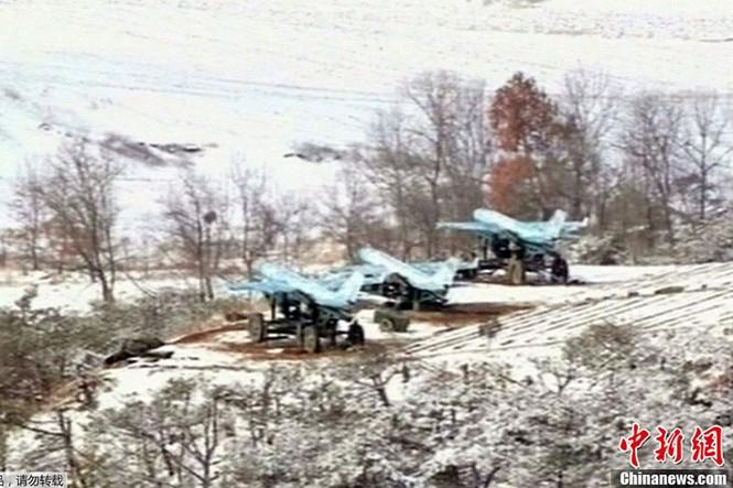 Ba chiếc máy bay của Triều Tiên có mặt trên một ngọn đồi để tham gia tập trận