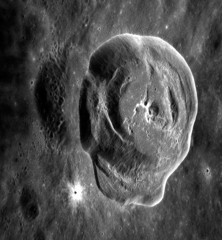 Hình ảnh mới trên bề mặt sao Thủy và xung quanh là các vết nứt. Tàu vũ trụ MESSENGER đã nghiên cứu các hoạt động của sao Thủy từ năm 2011 và chụp lại hình ảnh này