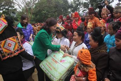 Tặng chăn ấm cho đồng bào nghèo tại xã Chiềng Ly huyện Thuận Châu, tỉnh Sơn La