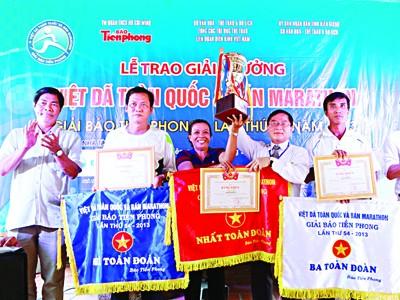 Trưởng BTC giải, Tổng Biên tập báo Tiền Phong Lê Xuân Sơn trao cúp vô địch cho đoàn Khánh Hoà