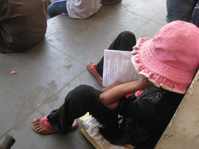 Phụ huynh cũng mệt ngủ gục ở bến xe