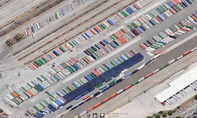 Hàng loạt xe tải đang xếp hàng ở một nhà kho tại Los Angeles. Nhìn trên cao xuống như những chiếc bút chì màu.