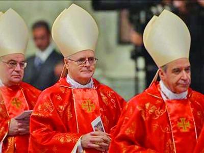 Các Hồng y giáo chủ bước vào mật nghị. Ảnh: Getty Images