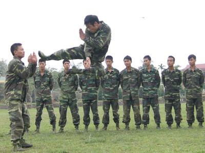 Chiến sĩ Đại đội trinh sát 20 luyện võ nghệ Ảnh: N.T