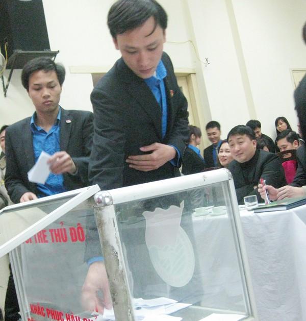 Đại biểu bỏ phiếu bầu Bí thư trực tiếp tại ĐH. Ảnh: Đức Tiến