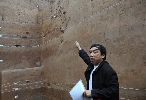 Viện trưởng Viện Khảo cổ học PGS.TS Tống Trung Tín tại khu vực khai quật