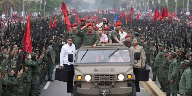 Tổng thống Hugo Chavez được lực lượng dân quân chào đón trong cuộc diễu hành hồi tháng 4 năm 2010