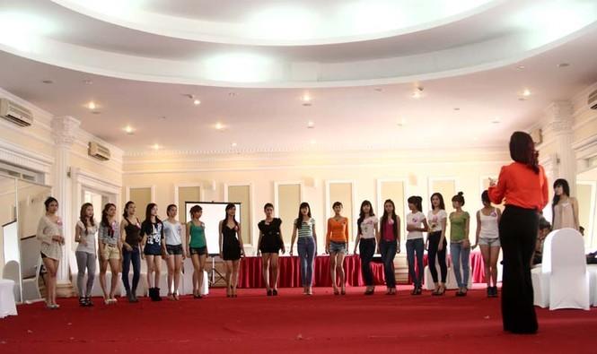 Siêu mẫu Thúy Hằng hướng dẫn các thí sinh kỹ năng biểu diễn trên sàn catwalk