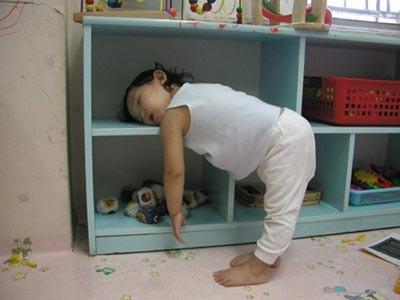 Những kiểu ngủ gật đáng yêu của bé - ảnh 9