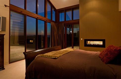 Phòng ngủ chính trang bị tủ đồ lớn, một bàn cá nhân, lò sưởi hai mặt (một mặt đặt ở phòng tắm), và cửa kính nhìn ra theo hướng sườn đồi